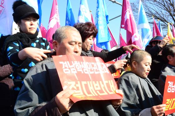 경남학생인권조례를 반대하는 단체에서 지난 2월 17일 오후 경남도의회 앞에서 대규모 집회를 열고 삭발식을 열고 있다. [뉴스1]