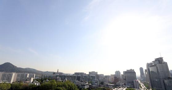8일 오전 서울 종로구 교육청에서 바라본 하늘이 파랗다. [뉴시스]