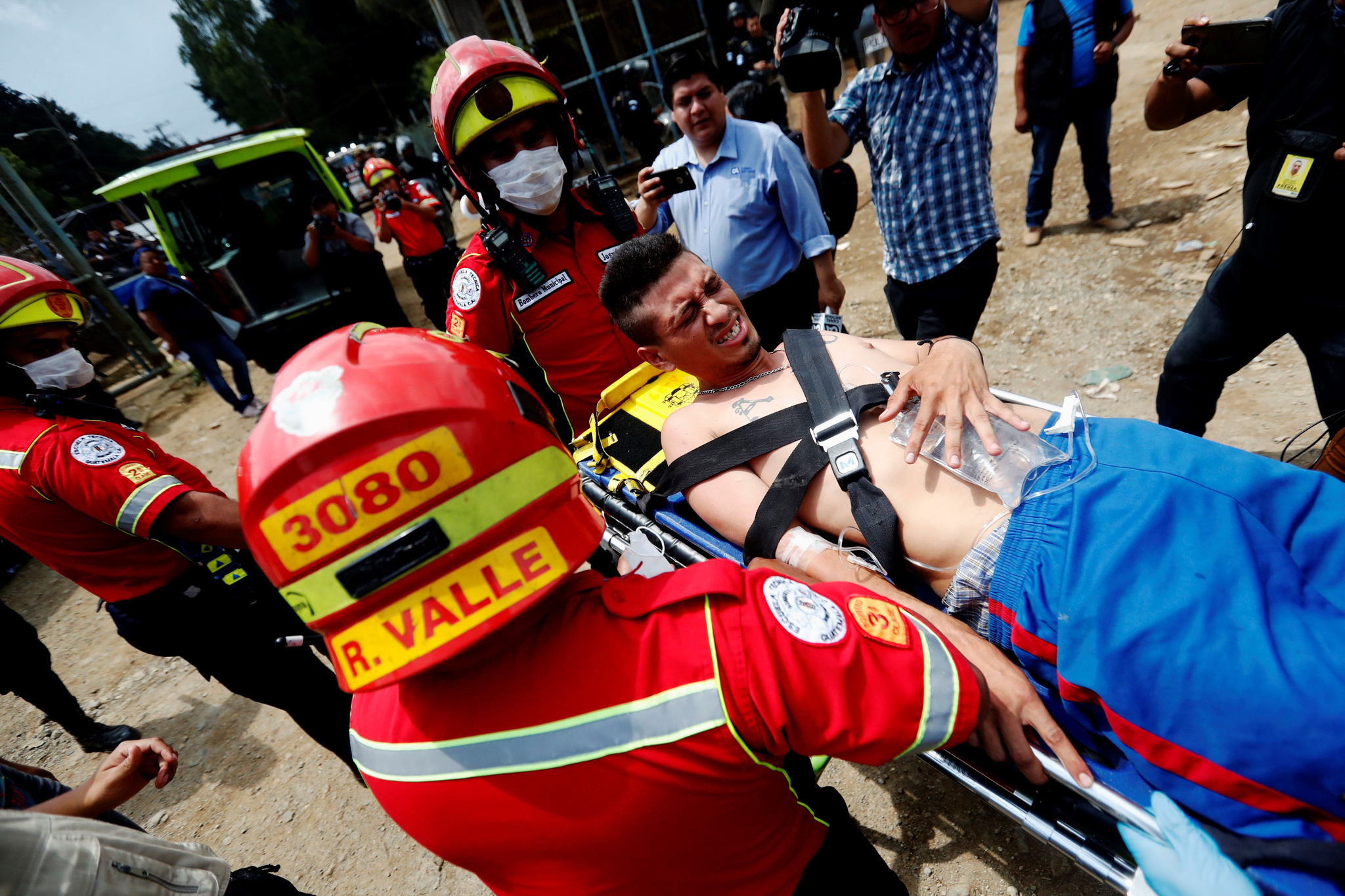 소방관들이 부상을 입은 한 재소자를 이송하고 있다. [EPA=연합뉴스]