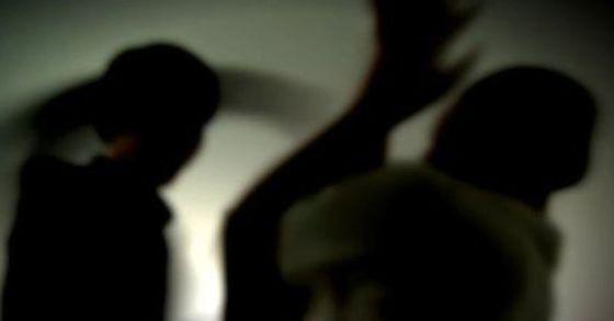 8일 전 여자친구를 흉기로 찌른 뒤 도주한 50대 남성이 경찰에 붙잡혀 조사를 받고 있다. [연합뉴스]