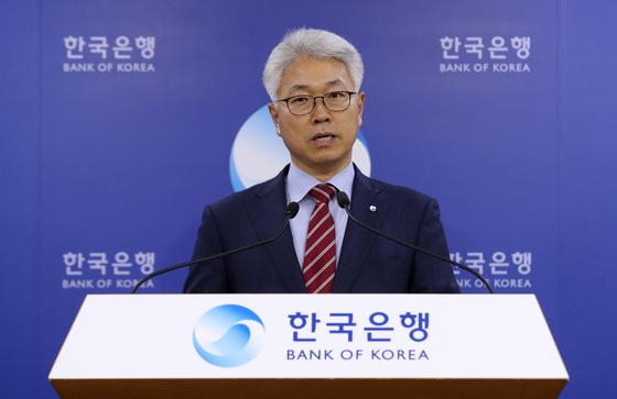 박양수 한국은행 경제통계국장이 8일 서울 중구 한국은행에서 2019년 3월 국제수지(잠정)를 발표하고 있다. [뉴시스]