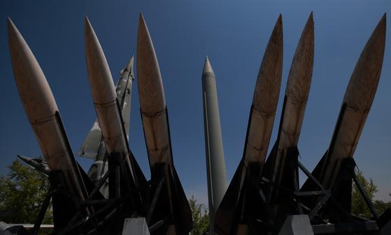북한이 지난 4일 동해상에서 김정은 국무위원장의 참관 아래 대구경 장거리 방사포와 전술유도무기가 동원된 화력타격훈련을 했다고 조선중앙통신이 보도한 5일 서울 용산구 전쟁기념관 야외 전시장에 스커드 B 미사일 등 발사체들이 전시돼 있다. 합동참모본부는 처음 북한이 쏜 기종을 '단거리 미사일'로 발표했으나 40여분 만에 '단거리 발사체'로 수정한 바 있다. [연합뉴스]