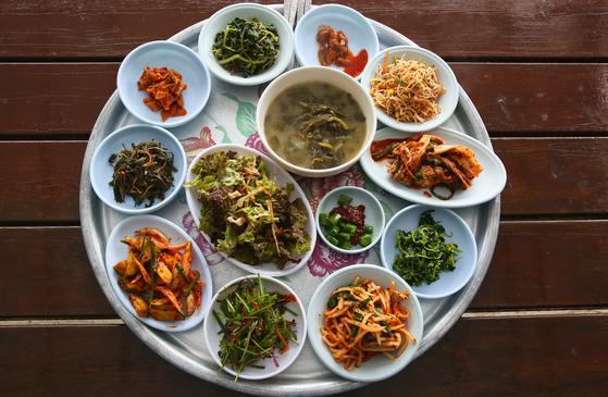 산나물과 텃밭 채소로 가득한 밥상. 이 반찬에 보리밥을 넣고 비비면 산채비빔밥이 된다. 손민호 기자