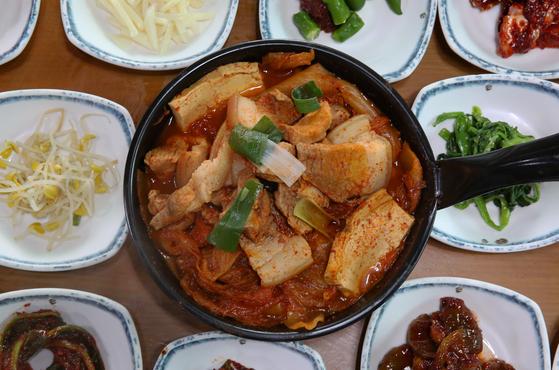 '진일기사식당'의 김치찌개. 국물이 얼큰하면서도 달다. 매실청이 비법이라고 한다. 손민호 기자