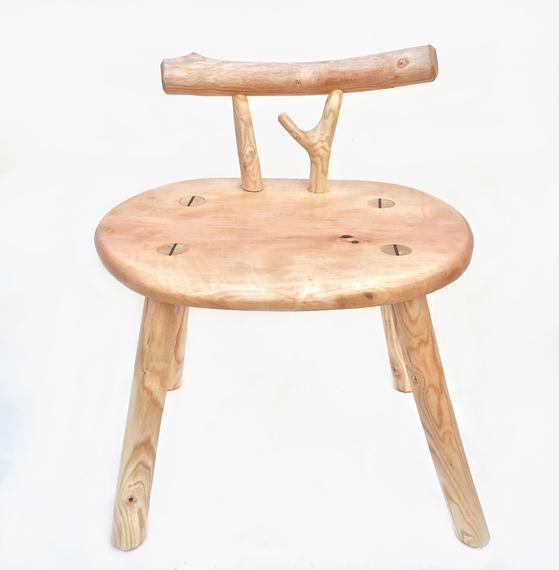 김보람(길공방) 목수의 '깎아 만든 작고 낮은 의자'. [사진 우드플래닛]