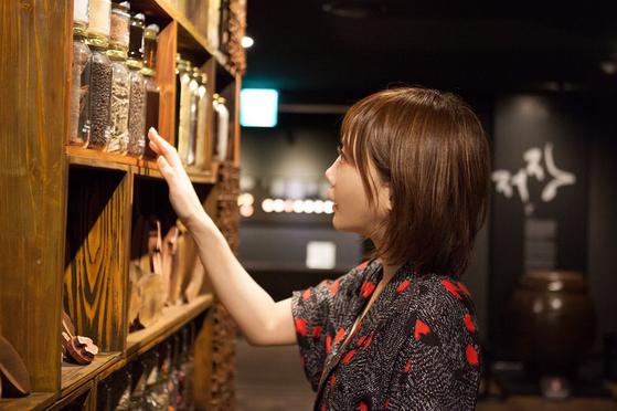 키노시타 유카가 한식문화전시관에서 한국의 식재료를 관람하는 모습. 최승표 기자