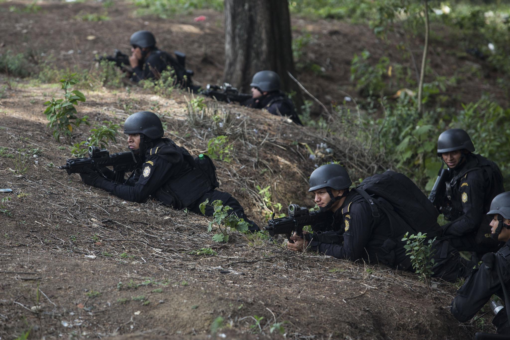 경찰 특공대원들이 교도소 외곽에서 경계 근무를 서고 있다. [AP=연합뉴스]