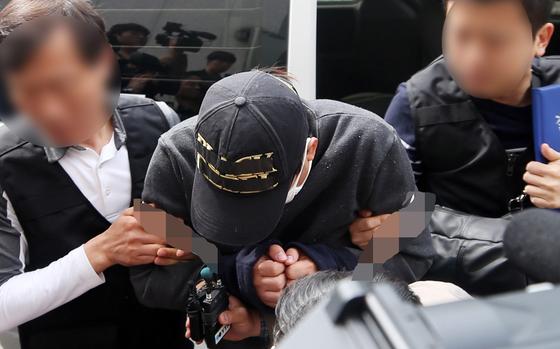 의붓딸(13)을 살해하고 시신을 저수지에 유기한 혐의(살인 및 사체유기)로 긴급체포된 김모(31)씨가 1일 구속 전 피의자 심문(영장실질심사)을 받기 위해 광주지법으로 이동하고 있다. [연합뉴스]