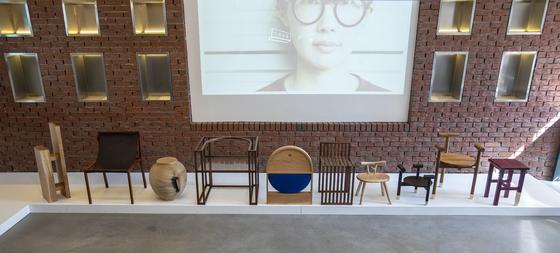 여자 목수들의 작품과 더불어 이들의 작업을 영상으로 소개하는 '최소의 의자'전. 권혁재 사진전문기자