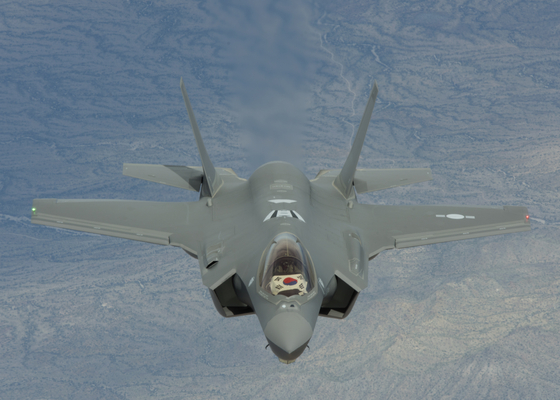 우리 공군의 첫 스텔스 전투기인 F-35A 2대가 3월 29일 오후 청주 공군기지에 도착했다. F-35A는 전쟁지휘부, 주요 핵·탄도미사일 시설을 선제타격할 수 있는 전략무기이다. [사진 방위사업청 제공]