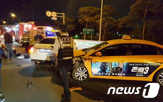 6일 오전 3시 52분쯤 인천국제공항고속도로 개화터널 입구 100m 전 지점에서 승용차 3중 추돌사고가 발생했다.소방 및 경찰이 사고 현장을 수습하고 있다. [뉴스1=인천소방본부 제공]