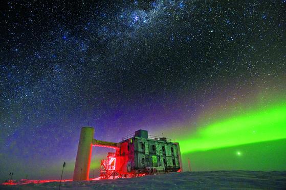 남극점에 위치한 미국의 아문젠 스콧기지의 아이스큐브 연구소 야경. 남극 밤하늘에 오로라가 펼쳐져 있다. [로이터=연합뉴스]