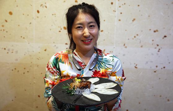 한정식집 '신화정'의 이여린 부대표. 김미자 대표의 딸이다. 신화정은 전통 한정식을 내면서도 음식 플레이팅이 서양 레스토랑 못지않게 세련됐다. 손민호 기자