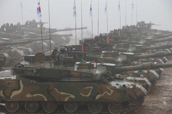 2016년 육군 20사단 기계화부대 전투장비 기동훈련. 이날 훈련에는 K-2전차,K-21장갑차,K-자주포,K-30복합비호 등 홍 300대가 동원됐다. [중앙포토]