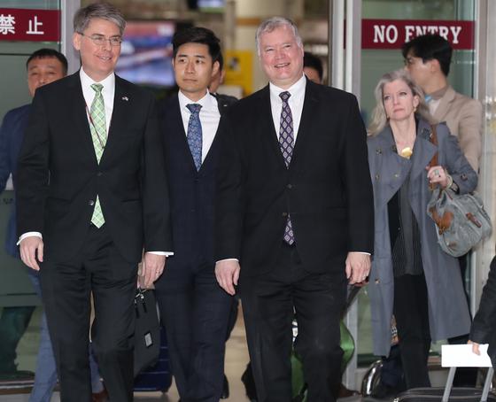 스티븐 비건 특별대표(오른쪽 둘째)가 8일 오후 김포공항을 통해 도착하고 있다. 오른쪽은 앨리슨 후커 백악관 국가안보회의 한반도 보좌관. 최승식 기자