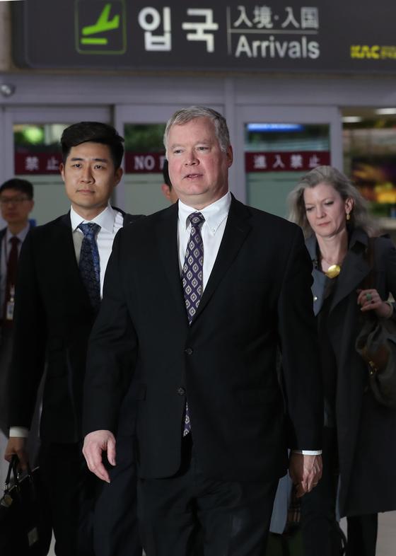 스티븐 비건 특별대표(가운데)가 8일 오후 김포공항을 통해 도착하고 있다. 오른쪽은 앨리슨 후커 백악관 국가안보회의 한반도 보좌관. 최승식 기자
