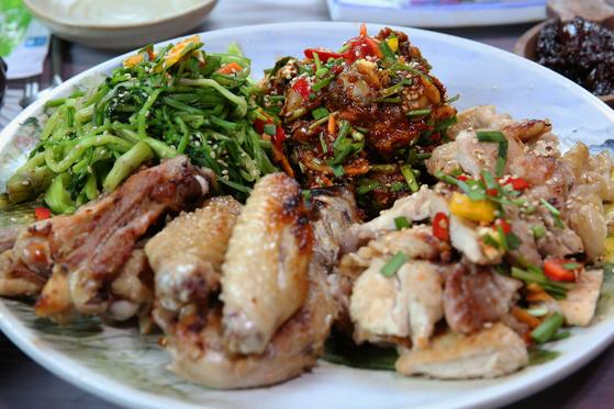 '산수정'의 닭구이 삼합. 닭구이와 미나리, 꼬막무침을 같이 먹는다. 손민호 기자