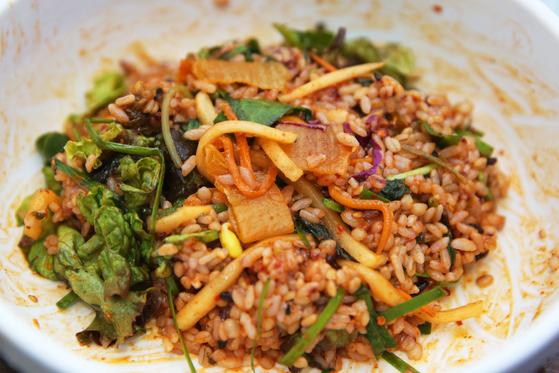 산채비빔밥으로 변신을 마친 보리밥. 한 그릇 비우는데 10분도 안 걸린 것 같다. 손민호 기자