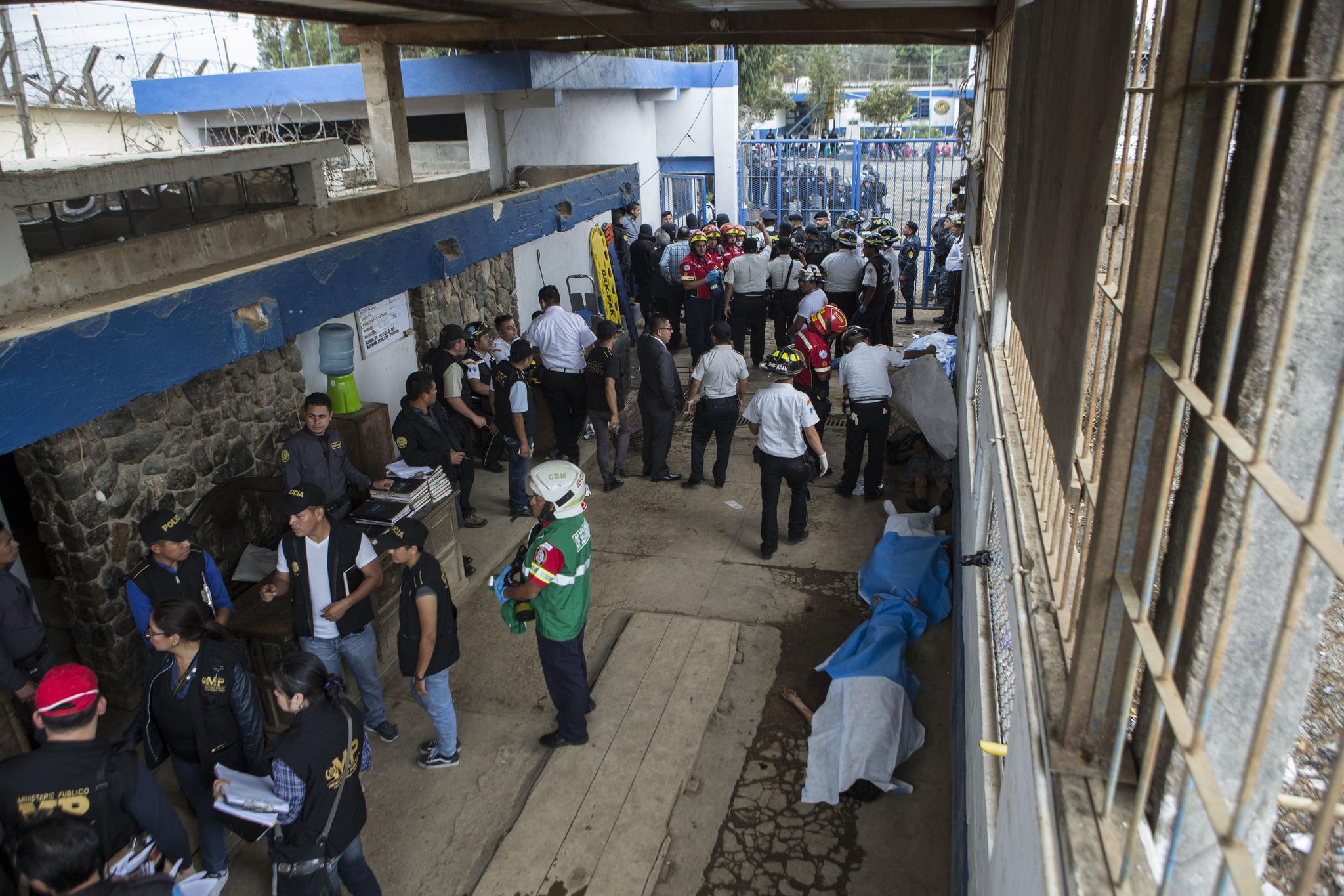파본 교도소 폭동 현장에서 경찰과 군인들이 시신과 부상자들을 수습하고 있다. [AP=연합뉴스]