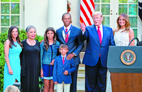 타이거 우즈의 여자친구 에리카 허먼, 어머니 쿨티다, 딸 샘, 아들 찰리, 우즈, 도널드 트럼프 미국 대통령과 멜라니아 트럼프.(왼쪽부터) [EPA=연합뉴스]