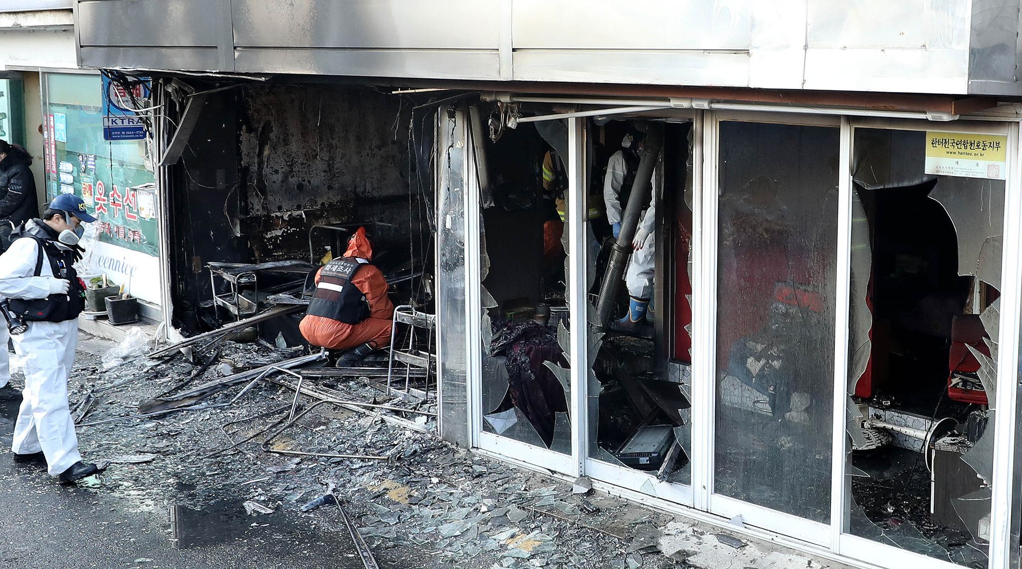 지난해 12월 22일 서울 천호동 성매매 집결지에서 3명이 숨지고 3명이 부상을 입는 화재가 발생했다. 경찰 과학수사대와 소방 화재조사반이 함께 조사를 하고 있다. [뉴시스]