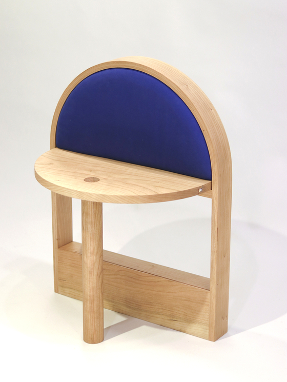 이미혜(온리우드) 목수가 설계한 의자. 평평한 오브제가 됐다가 의자가 되기도 한다. [사진 우드플래닛]