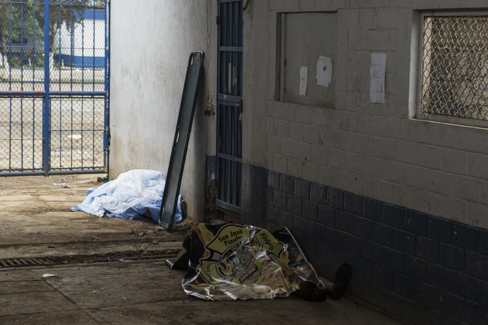 총격으로 숨진 재소자들 시신이 교도소 입구에 놓여 있다. [AP=연합뉴스]