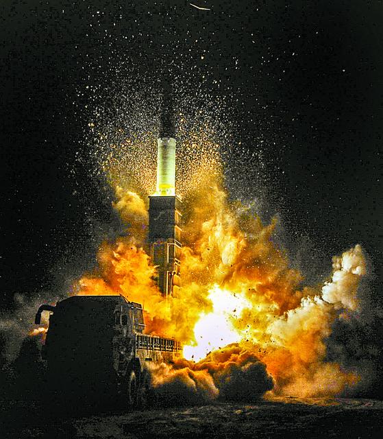 2017년 11월 29일 새벽 동해안에서 실시된 육해공 미사일 합동정밀타격훈련에서 육군이 북한의 도발 원점을 고려해 지대지미사일 현무-2 탄도미사일을 발사하고 있다. [사진 국방일보 제공]