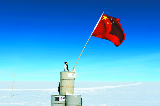 남극대륙 최고봉 돔 아르구수 정상에 중국의 오성홍기가 꽂혀있다. 중국은 이곳에 쿤룬 하계기지를 운영하고 있다. [신화사=연합뉴스]