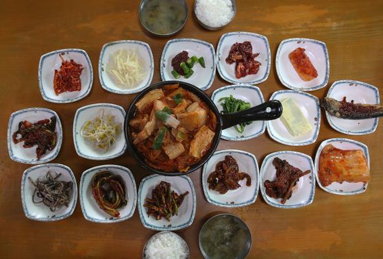 SNS에 자주 등장하는 '진일기사식당' 상차림. 1인 8000원 밥상이다. 손민호 기자