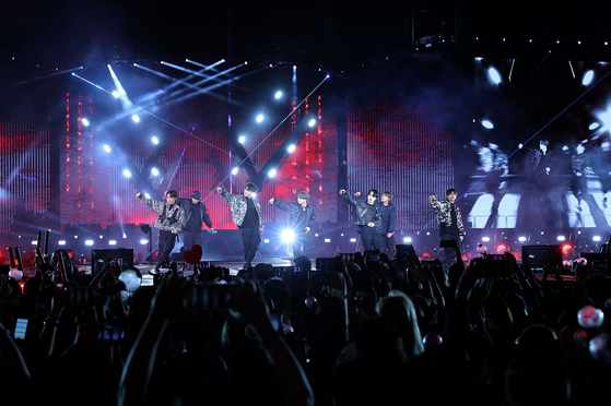 그룹 방탄소년단이 5월 4일 미국 LA 로즈볼 스타디움 '러브 유어 셀프-스피크 유어 셀프 투어' 공연에서 디올의 옷을 입고 월드투어 첫 공연을 선보이고 있다.  [사진 빅히트 엔터테인먼트]