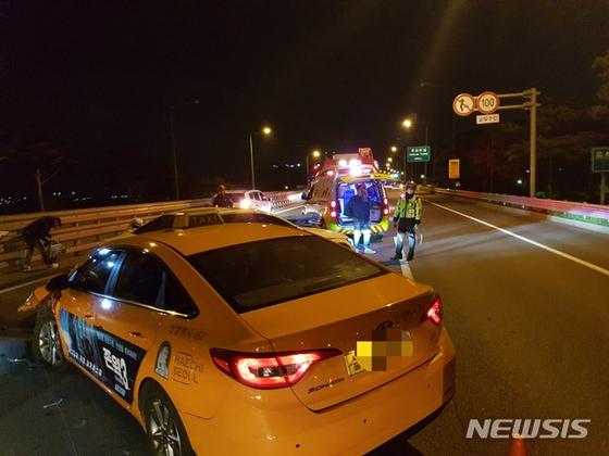6일 오전 인천국제공항고속도로에서 3중 추돌사고가 발생한 가운데 소방당국이 구조작업을 벌이고 있다. [뉴시스=인천소방본부 제공]