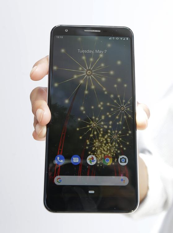 구글이 7일 개발자회의에서 선보인 중저가형 새 스마트폰 픽셀 a3. [연합뉴스]