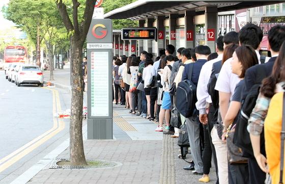 광역버스를 기다리는 시민들 [사진 경기도]