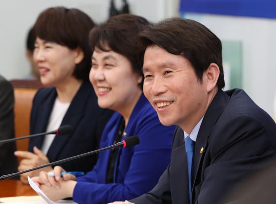 신임 원내대표로 선출된 더불어민주당 이인영 원내대표가 9일 국회에서 열린 장첵조정회의에 참석해 발언하고 있다. [중앙포토]