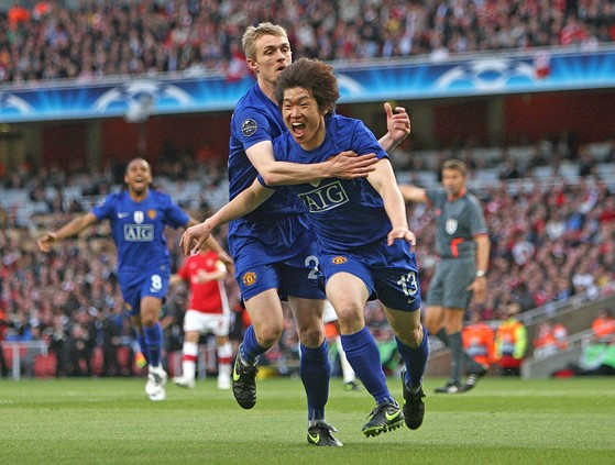 박지성이 2008~09 시즌 UEFA 챔피언스리그 4강 2차전에서 선제골을 터뜨린 뒤 환호하고 있다. [AP=연합뉴스]