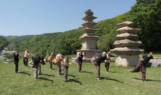 경주 골굴사는 불교 전통 무예인 '선무도'의 본산이다. 선무도 공연을 볼 수 있고, 템플스테이 기간 배워볼 수도 있다. [사진 한국불교문화사업단]