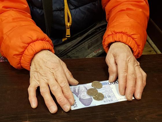 """김옥자 할머니는 """"새벽부터 폐지를 주워 번 돈""""이라며 1300원을 꺼냈다. 영하의 날씨에 반나절 동안 온 동네를 돌아 번 돈이다. 정진우 기자"""