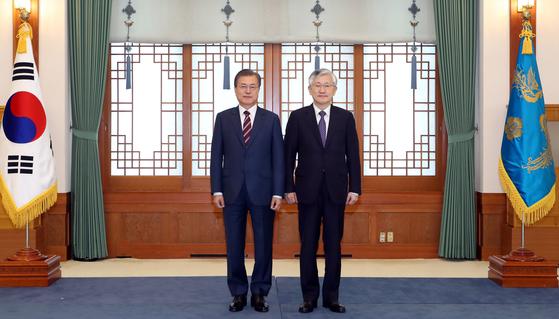 문재인 대통령(왼쪽)이 3일 오후 청와대 본관 충무실에서 남관표 주일본 대사에게 신임장을 수여한 뒤 기념촬영하고 있다. [사진제공=청와대]