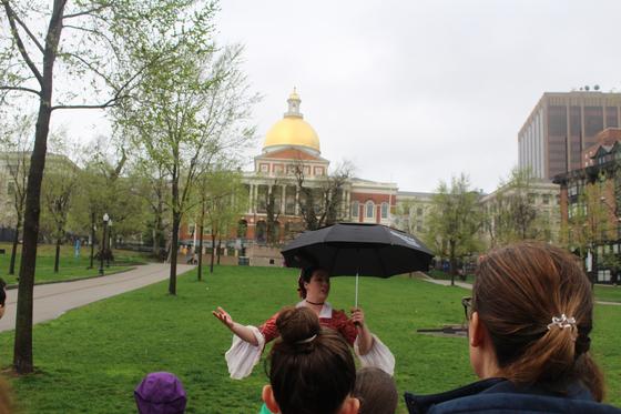 황금색 돔 매사추세츠주 의사당 앞에서 가이드가 미국 역사를 설명하고 있다. 강현효 기자
