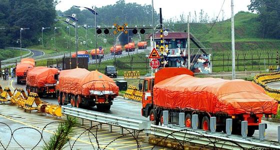 지난 2004년 정부가 북한의 식량난 해결을 위해 지원키로 한 국내산쌀을 실은 트럭들이 경의선 육로를 통해 북한으로 이동하고 있다. [중앙포토]