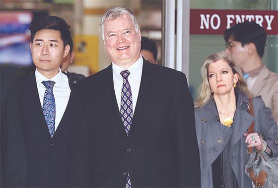 스티븐 비건 미 국무부 대북정책특별대표(왼쪽 둘째)가 8일 오후 서울 김포국제공항을 통해 입국하고 있다. 오른쪽 둘째는 앨리슨 후커 백악관 국가안보회의 한반도 담당 보좌관. [최승식 기자]
