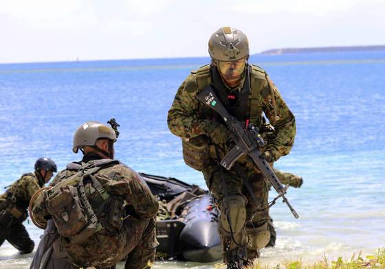 미군과 일본 자위대가 미국령 괌에서 연합훈련하는 모습. [AP=연합뉴스]