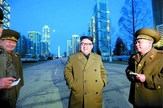 김정은 북한 국무위원장이 지난 2017년 3월 당시 완공을 앞둔 평양시 대성구역에 있는 여명거리에서 현지지도를 하고 있다. [사진 노동신문]
