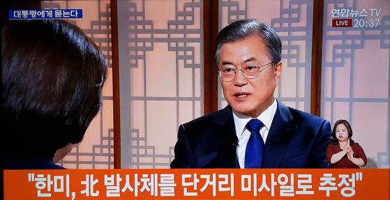 문재인 대통령이 취임 2주년을 하루 앞둔 9일 청와대 상춘재에서 열린 KBS 특집 대담 프로그램 '대통령에게 묻는다'에 출연하고 있다. [연합뉴스]