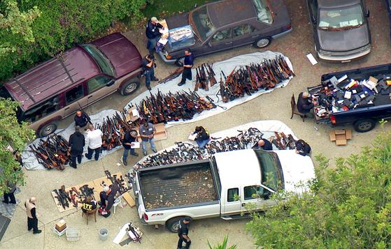 8일(현지시간) 캘리포니아 주 로스앤젤레스의 한 부촌 가정집에서 1000정이 넘는 총기류가 발견돼 현지 경찰이 수사에 나섰다. [AP=연합뉴스]