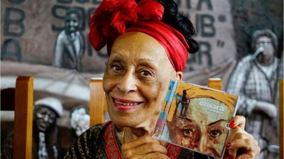 지난해 발표한 앨범 '오마라 시엠프레'를 들고 있는 쿠바 가수 오마라 포르투온도. [로이터=연합뉴스]