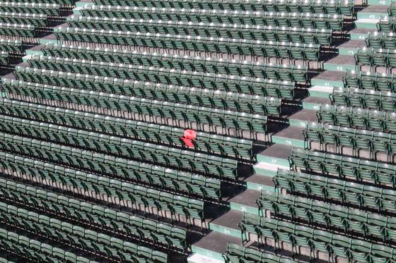 야구팀 보스턴 레드삭스의 홈구장인 펜웨이파크에는 빨간색 의자가 딱 하나 있다. 1946년 테드 윌리엄스의 대형 홈런을 기념하는 자리다. 강현효 기자