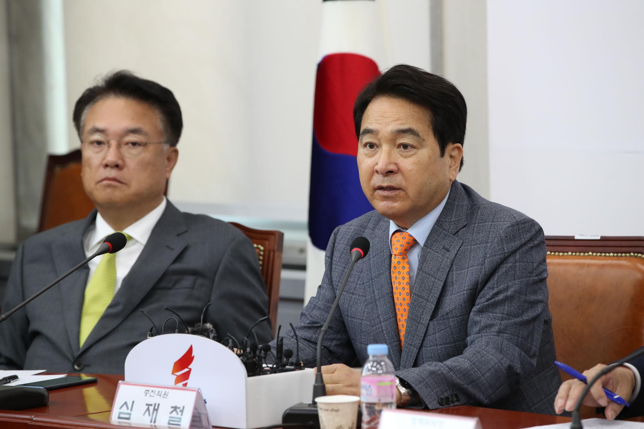 심재철 자유한국당 의원이 8일 국회에서 열린 원내대표-중진의원 회의에 참석해 발언하고 있다. [중앙포토]