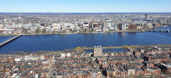 보스턴 푸르덴셜센터 50층 전망대 '스카이워크'에 오르면 시내가 한눈에 보인다. 앞쪽에 흐르는 강이 찰스 강이다. 강 건너편으로 매사추세츠공대(MIT) 건물들이 펼쳐져 있다. 강현효 기자